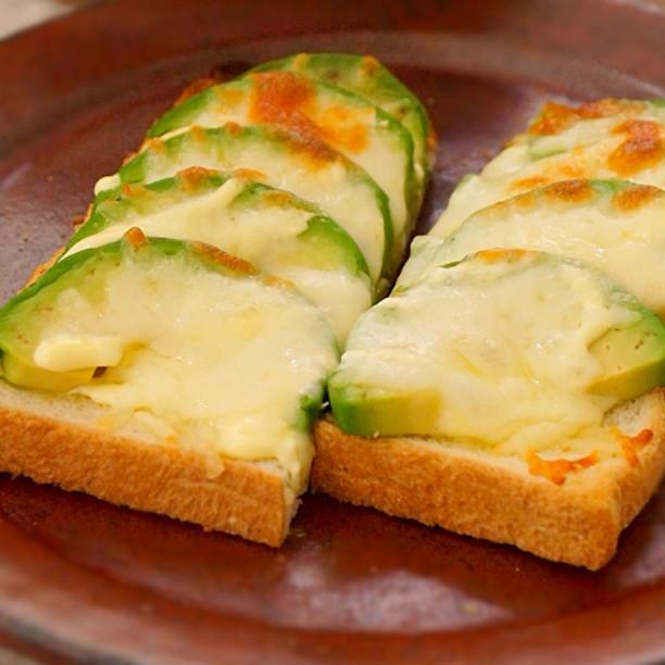 ขนมปังอะโวคาโดอบชีส